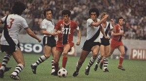 Mustapha Dahleb au mileu des joueurs de Vasco de Gama, sous les yeux de Gerry Francis
