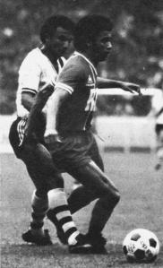 Dominique Lokoli pressé par un brésilien