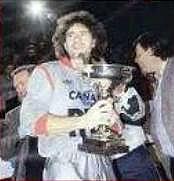 Joël Bats avec le trophée à la fin du match