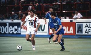 Safet Susic balle au pied lors d'une des deux confrontations avec Auxerre