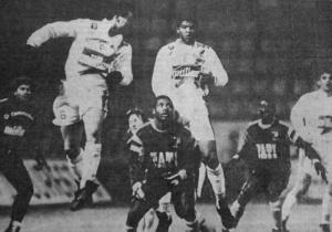Laurent Fournier, Geraldao et le Havrais Kana Biyik convoitent le ballon...