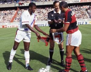 Le capitaine parisien Oumar Sène et son homologue brésilien avant le coup d'envoi
