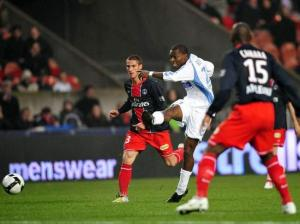 Zoumana Camara et Jérémy Clément ne peuvent empêcher un attaquant strasbourgeois de tenter sa chance...