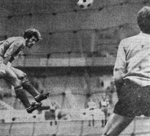 Triantafilos trompe Michel Besoussan de la tête : 1-1