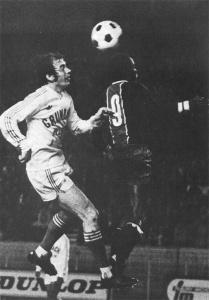 Duel aérien entre François M'Pelé et Sanlaville