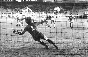 Réduction du score en toute fin de match par Ivica Surjak (archives mk)