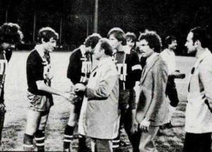 Le capitaine Dominique Bathenay présente ses joueurs au maire d'Ivry