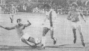 Delpierre tente d'arrêter Philippe Col, sous les yeux de Thierry Papini, qui jouera la fin du match… sous le maillot du PSG, cinq minutes après avoir été remplacé dans la sélection de la Vienne (J. Charbonnier)