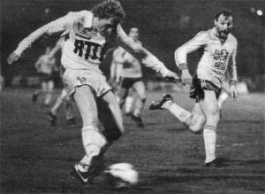 Kees Kist, qui marquera les deux buts parisiens, prend sa chance sous les yeux d'un Posca impuissant
