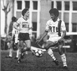 Gérard Janvion balle au pied
