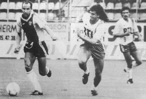 Thierry Rabat à la poursuite de Sab, sous les yeux de Daniel Xuereb (HAC Foot Archives)