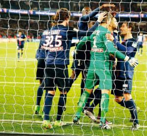 Nicolas Douchez félicité par ses coéquipiers après son arrêt du penalty de Braithwaite (S. Boué)