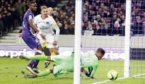 Lafont ne peut se saisir du ballon : 1-0 pour le PSG! (N. Luttiau)