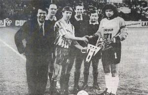 Les capitaines, Joël Bats et Pugh, avec les arbitres et… Salvatore Adamo (B. Delentrée)