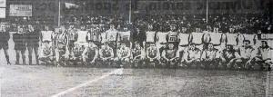 Les deux équipes posant avant le coup d'envoi (B. Delentrée)