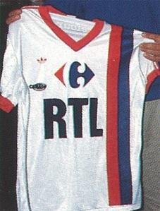 Maillot domicile 1988-89, version matchs de pré-saison avec les sponsors spécifiques au Tournoi de Paris