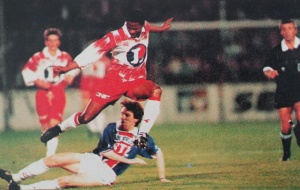 Pierre Reynaud tente de stopper Simba (HAC Foot Archives)