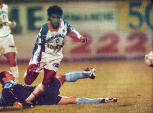 Valdo passe Guruli (HAC Foot Archives)