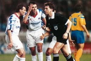 Vincent Guérin et Paul Le Guen tentant de faire entendre raison à l'arbitre suédois...