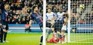 Thiago Motta et David Luiz se pressent pour pousser au fond un ballon de Thiago Silva… qui serait tout de même entré! (Photo A. Mounic)