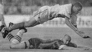 Daniel Kenedy fait faute sur Jancker (battu avec le Rapid en fianle de Coupe des Coupes peu avant) : penalty.