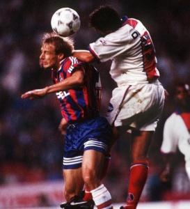 Ni Alain Roche, ni les autres défenseurs parisiens ne pourront empêcher Klinsmann de marque deux fois...