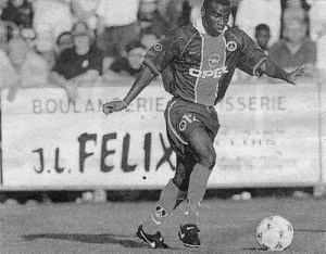 Bernard Allou balle au pied