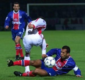 Ali Benarbia à la lutte sous les yeux de Jimmy Algérino