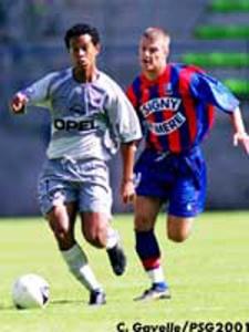 Ronaldinho poursuivi par Bodmer (Ch. Gavelle)