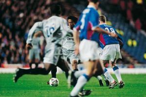 Ronaldinho dans une forêt de joueurs