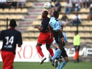 Larrys Mabiala à la lutte, sous les yeux de David Ngog (E. Bretagnon)