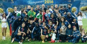 Les Parisiens posant avec la coupe, une image qui commence à devenir habituelle... (F. Faugère)