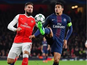 Thiago Silva, impeccable au cours de ce match, devance Giroud (S. Mantey)