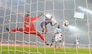 Sur un service de la tête de Thiago Silva, Marquinhos pauvre le score (P. Lahalle)
